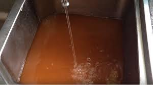 Vệ sinh, sục rửa đường ống nước bị bẩn, bị đóng cặn.